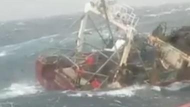 """""""Personal especializado de la Prefectura Naval Argentina halló el casco del pesquero Repunte, a 53 metros de profundidad del lugar del naufragio""""."""