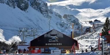 La bienvenida. El Centro de Esquí está rodeado de una buena cantidad de nieve para recibir al turista.