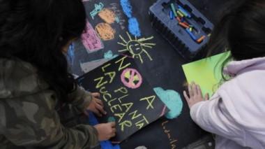 Niños realizaron cartelitos contra la instalación de la planta nuclear en esa zona. (Diario Río Negro).