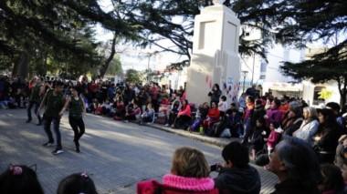 Diversos espectáculos se realizaron en la plaza de Viedma contra la instalación de la planta nuclear. (Diario Río Negro).
