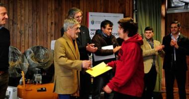 El gobernador junto al intendente Ongarato durante la entrega de aportes a emprendedores en Esquel.