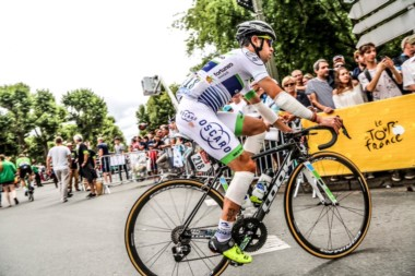 El arribo de un vendado Sepúlveda al finalizar la 10ma. etapa del Tour.