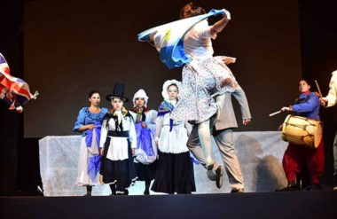 El acto central  se realizará en el Gimnasio Municipal Nº 1 y  tendrá un cierre musical con La Banda Al Rojo.