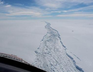 Vista desde el aire de la descomunal grieta de más de 200 kilómetros.