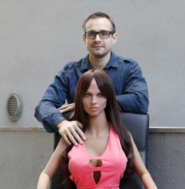 Samantha es una muñeca sexual a la que se introduce un 'cerebro' y sensores que la hace capaz de reaccionar al toque, al beso o a la penetración.