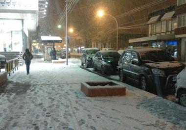 Otra vez la nieve. Semanas atrás, Esquel tuvo que sufrir una de las nevadas más grande en años y ayer el fenómeno volvió a repetirse.