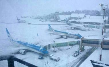 La nieve suspendió la actividad en el aeropuerto de Bariloche.