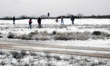 Muchos vecinos salieron hasta el acceso sur de MAdryn para retratar la nevada, que  tuvo en esos lugares una continuidad mayor.