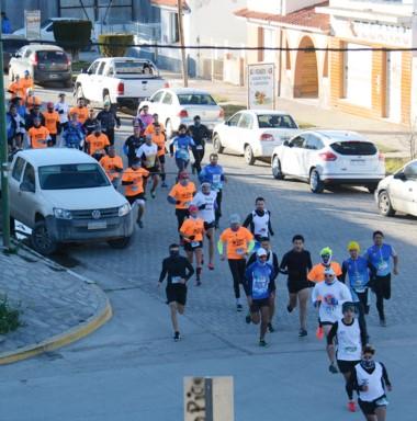 Así largaban los atletas por las calles de Gaiman en el Trail Run.