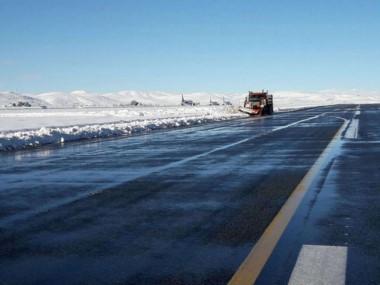 Equipos de vialidad de la provincia de Neuquén y de la Nación, junto a la Defensa Civil y bomberos voluntarios continuaban con los trabajos de limpieza y despeje de nieve.