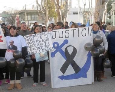 Los familiares de José Arias marcharon por las calles madrynenses exigiendo que se continúe buscando a los desaparecidos hasta agotar todas las alternativas.