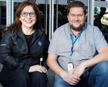 La geóloga planetaria de la NASA, Adriana Ocampo, junto a Stanislav Makarchuk, de la CONAE.