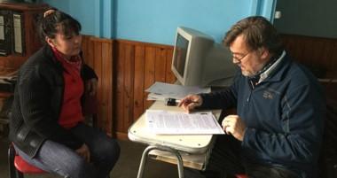 Firma. Peréz Catán, el titular del IAC, explicó los trámites a los vecinos adjudicatarios en el interior.