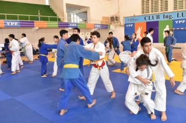 Migual  Albarracín, representante de la Confederación Argentina de judo, diserta en Comodoro Rivadavia.