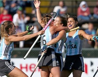 """Festejando. Todas abrazan a la madrynense Julia Gomes Fantasia, autora del segundo gol para """"Las Leonas""""."""
