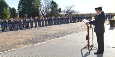 El director de la U-6, Marcelo Fera Racinello, leyó el discurso de las autoridades nacionales ante su tropa.