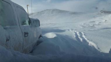 La familia documentó con imágenes como quedó la camioneta totalmente cubierta de nieve.