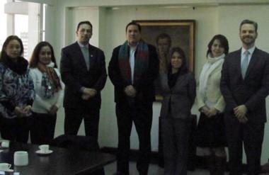 Encuentro. Una postal de Maderna con los funcionarios luego de cerrar el evento para las pymes del Valle.