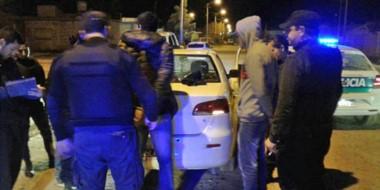 Los efectivos policiales interceptaron un remís en donde se desplazaban los ladrones y los aprehendieron.