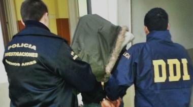 Así era trasladado el violador serial de Ituzaingó luego de ser detenido por la policía. (Foto: diario Crónica).