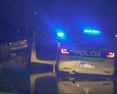 La Policía los persiguió hasta que atrapó a uno que  encajó su vehículo.