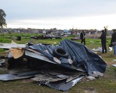 Tirada. Una de las precarias estructuras que el municipio derribó para evitar más asentamientos ilegales.