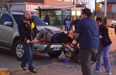 Momentos en que personal médico del hospital Adolfo Margara rescataba a una de las heridas.