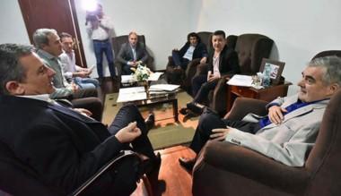 El gobernador con los ministros en su despacho.