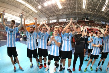 El saludo de los chicos argentinos para la gente que los siguió hasta tierra africana.