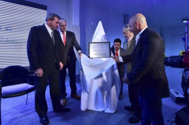 El intendente de Puerto Madryn junto al intendente descubren la placa de la nueva planta.