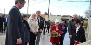 La comunidad se concentró para rendir homenaje a quienes eligieron suelo argentino para su futuro.