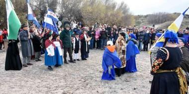 Las dos comunidades intercambian el pan y el cuarto de guanaco para iniciar el camino de la historia.