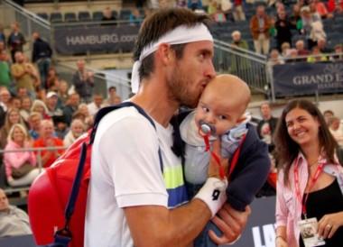 Vino con el pan bajo el brazo. Mayer sacó a su bebé de gira por primera vez y pasó de ser un lucky loser al campeón de Hamburgo.