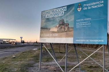 Monumento al papelón. La autovía que une Trelew y Puerto Madryn, que sigue esperando.