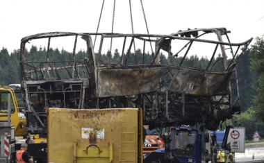 """""""El calor era tal (...) que solamente la estructura de acero es reconocible. Uno puede imaginar lo que ello significa para los pasajeros de este autobús"""", dijo el ministro."""
