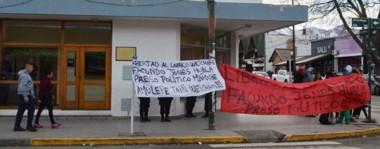 """Banderas. Una postal del grupo mapuche que reclama en el Juzgado Federal de Esquel por la libertad del líder de Resistencia Ancestral Mapuche, que se definió como """"preso político""""."""