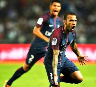 Primer partido oficial de Dani Alves con el PSG: golazo de tiro libre, asistencia y título.