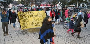 Bajo el argumento de solicitar la libertad de Facundo Jones Huala, un grupo d epersonas marcharon y  dañaron el edificio del Juzgado Federal