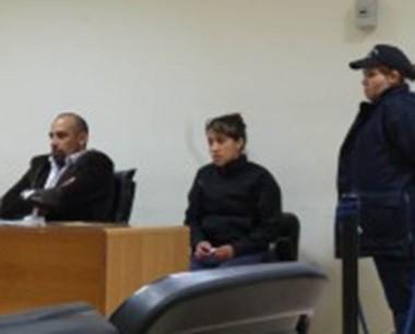 La acusada Yuliana Uribe escuchando la resolución del juez Cosmaro.