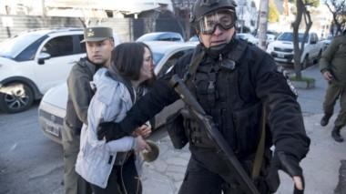 Dos mujeres fueron detenidas durante el operativo (foto @rionegrocomar)
