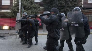 Policía efectuó disparos antitumulto frente al juzgado (foto @rionegrocomar)