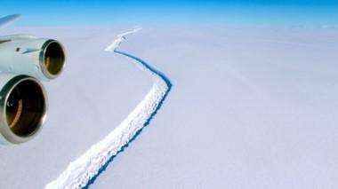 Vista aérea de la descomunal grieta que se formó el la barrera Larsen C.