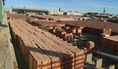 El stock de ladrillos se acumula a la espera de una reactivación.