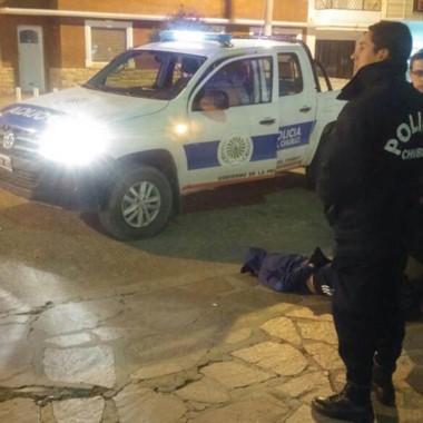 Uno de los ladrones atrapados mientras huía tras trepar un techo.