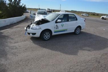 El taxi sufrió los peores daños tras el choque