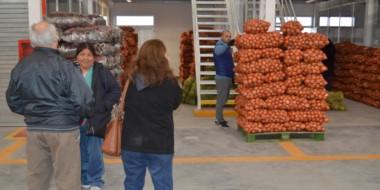 De a poco la inmensa nave del Mercado Concentrador comienza a poblarse con los productores.
