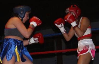 """Jessica Leiva (derecha) venció por puntos a Ioanna Loncon en el ring del Gimnasio """"Héroes de Malvinas""""."""
