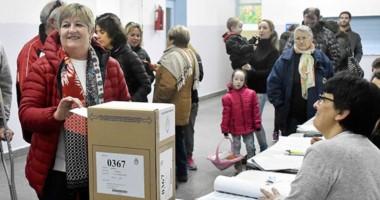 Las PASO. Ayer la senadora chubutense depositando su voto en una escuela de Puerto Madryn.
