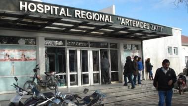 """El director del hospital Artimedes Zatti, Jose Luis Rosbacio, indicó a la prensa que la bebé """"no está muerta de milagro"""". (La Nueva)"""