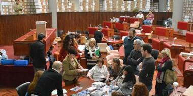 Fin del recuento. La secretaria electoral junto a los apoderados de los partidos finalizando el escrutinio.
